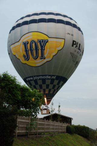 Ballon Bijna in de tuin.JPG