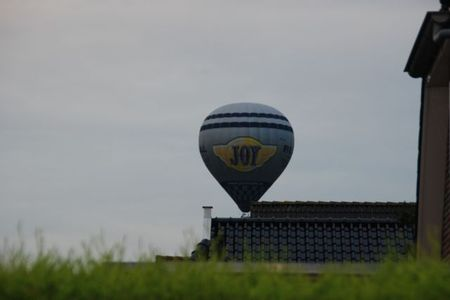 Ballon Vlaik boven dak 001.JPG