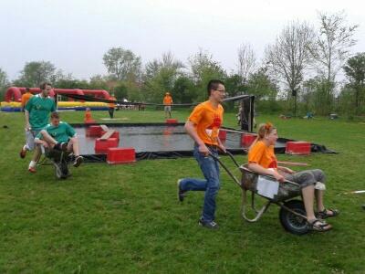 Oranje-2014-kruiwagenrun met jori.jpg