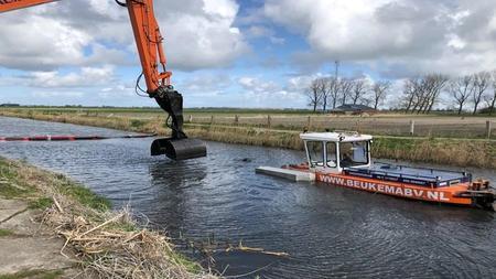 De-duwboot-schuift-het-slib-naar-de-graafmachine-Foto-Jan-Been-RTV-Noord.jpeg
