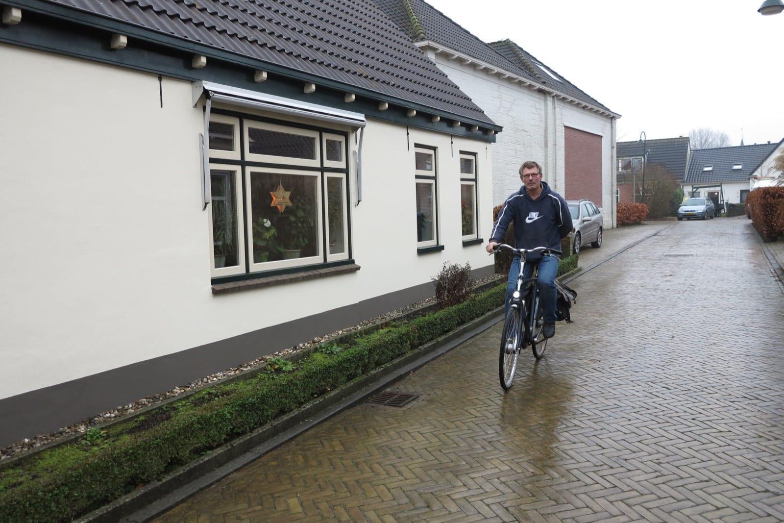 et-fiets-en-fietser-120-koos-vd-belt-zonder-jas,-met-hand-op-de-rug-oi.jpg