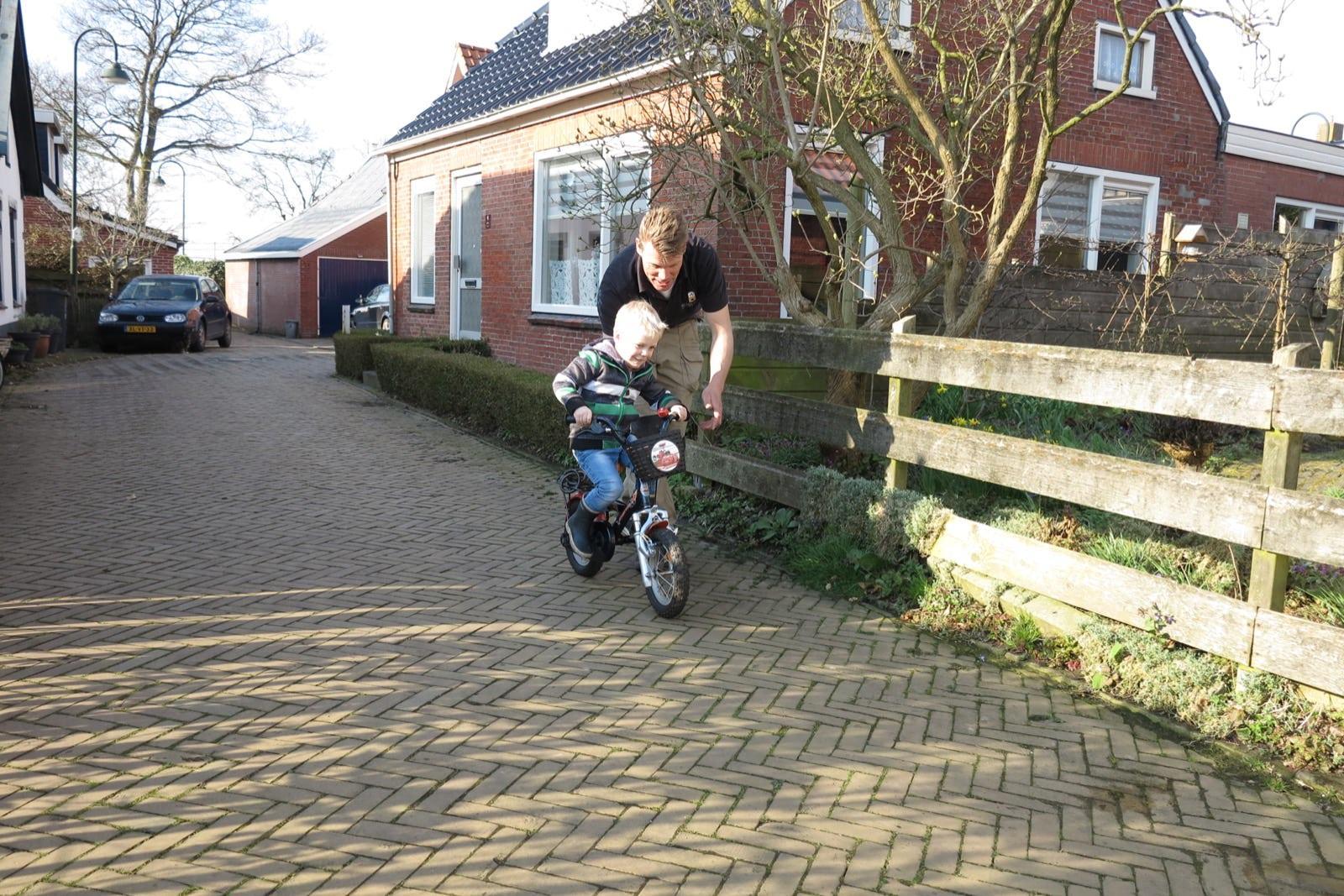 et-fiets-en-fietser-28-guus-zonder-zijwieltjes-met-pappa-alfred-ottens-oi.jpg