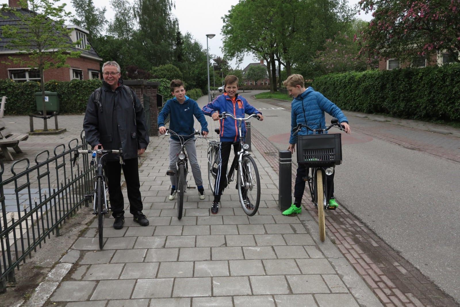 et-fiets-en-fietser-38-geo-voetbaltrainer-bram-ten-cate-met-'zijn'-voetballers,-elke-dinsdagavond-op-de-fiets-naar-garmerwolde-oi.jpg