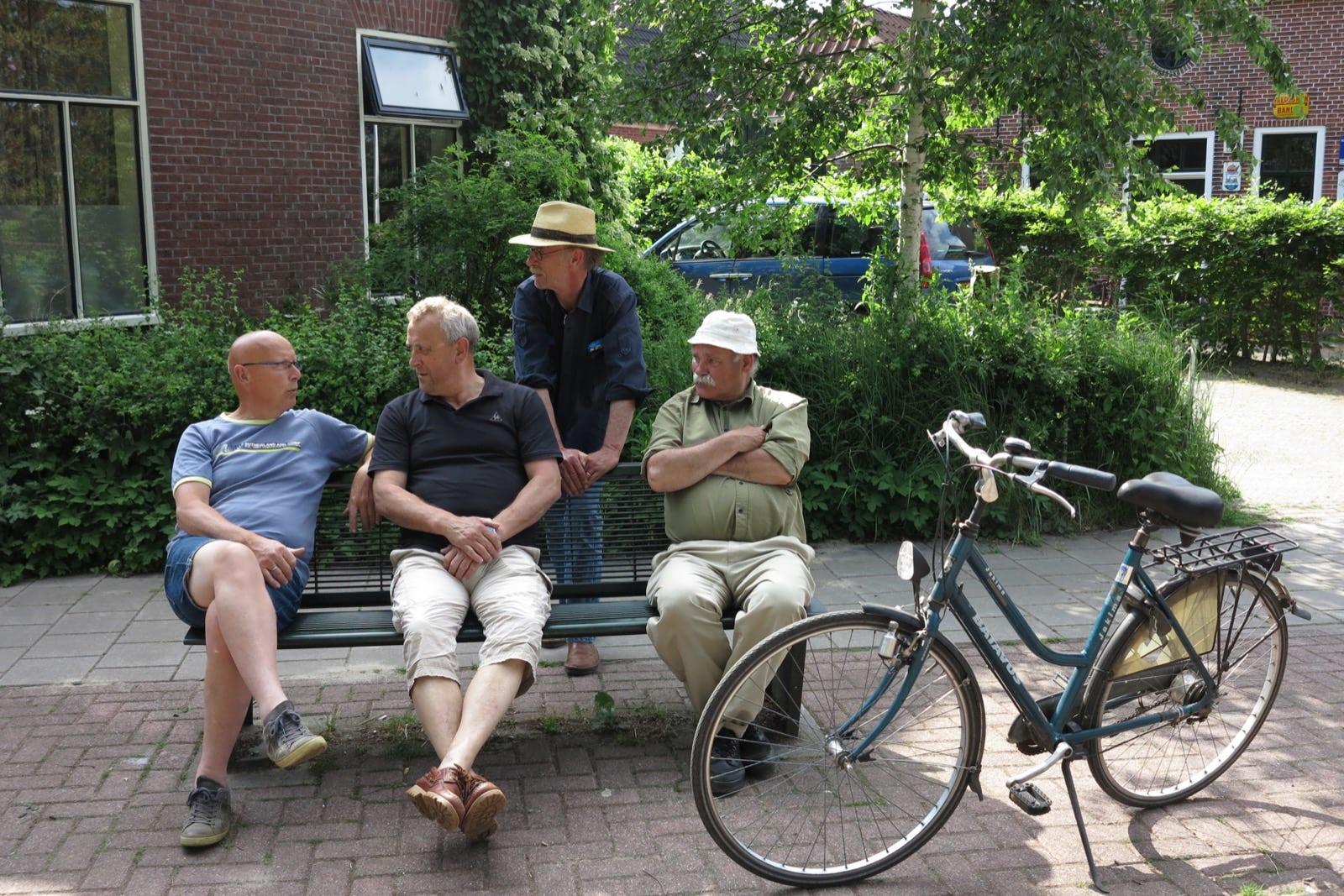 et-fiets-en-fietser-39-pauze-bij-het-leugenbankje-(kees-van-zanten,-cor-van-zanten,-hans-van-den-brand,-jacob-vd-wouden-oi.jpg