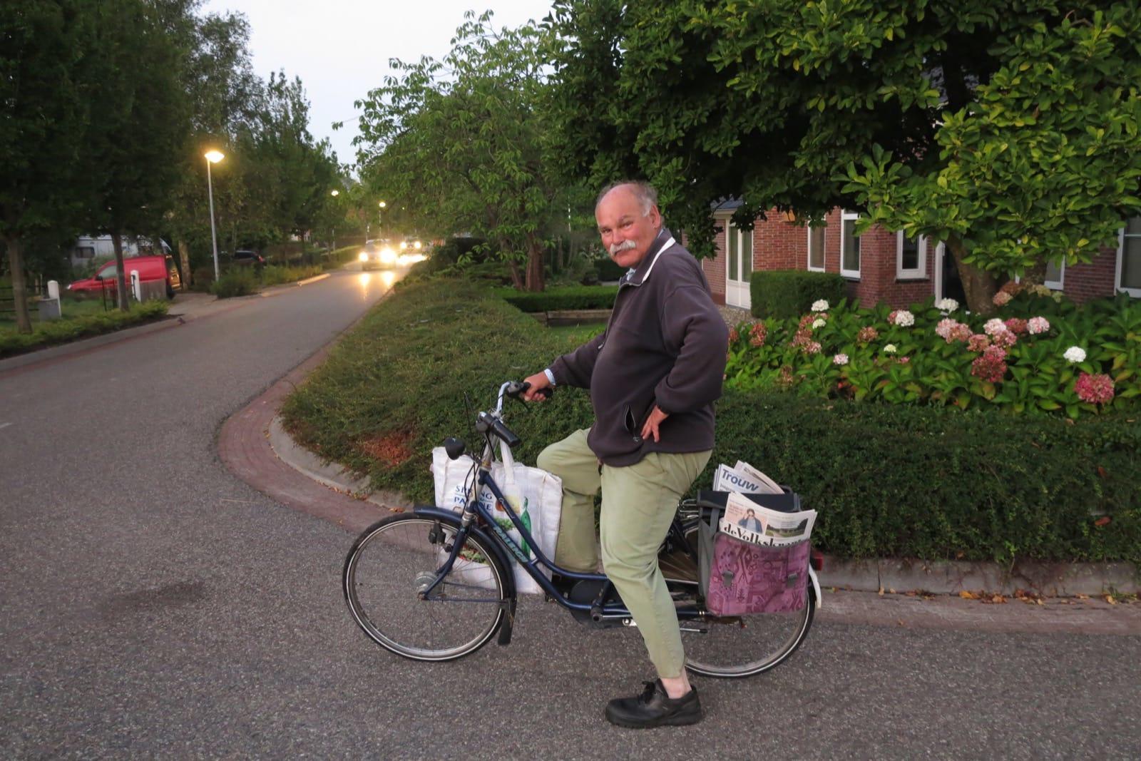 et-fiets-en-fietser-71-jacob-van-der-wouden-brengt-de-ochtendbladen-rond-oi.jpg