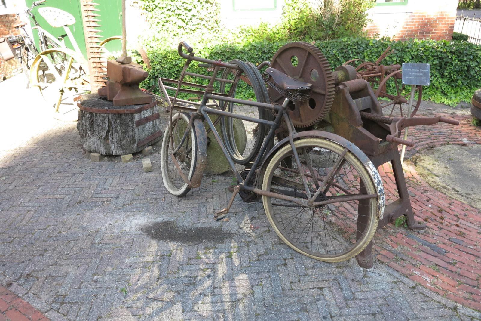et-fiets-en-fietser-74-bij-het-smederijmuseum-oi.jpg