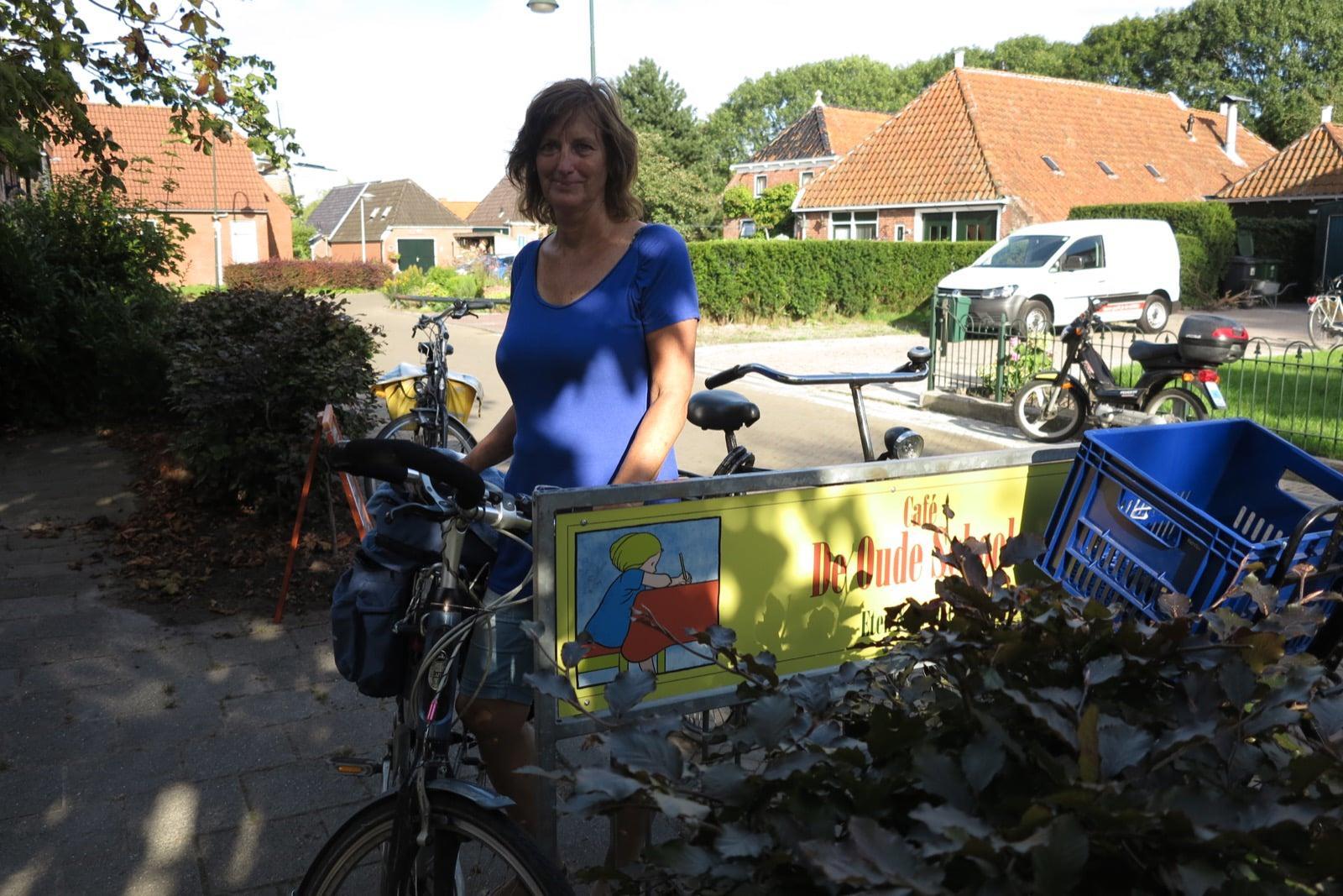 et-fiets-en-fietser-78-fietsers-op-terras-oude-school-op-zaterdagmiddag-oi.jpg
